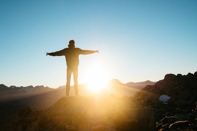 Persona en la cima sin síntomas de la ansiedad